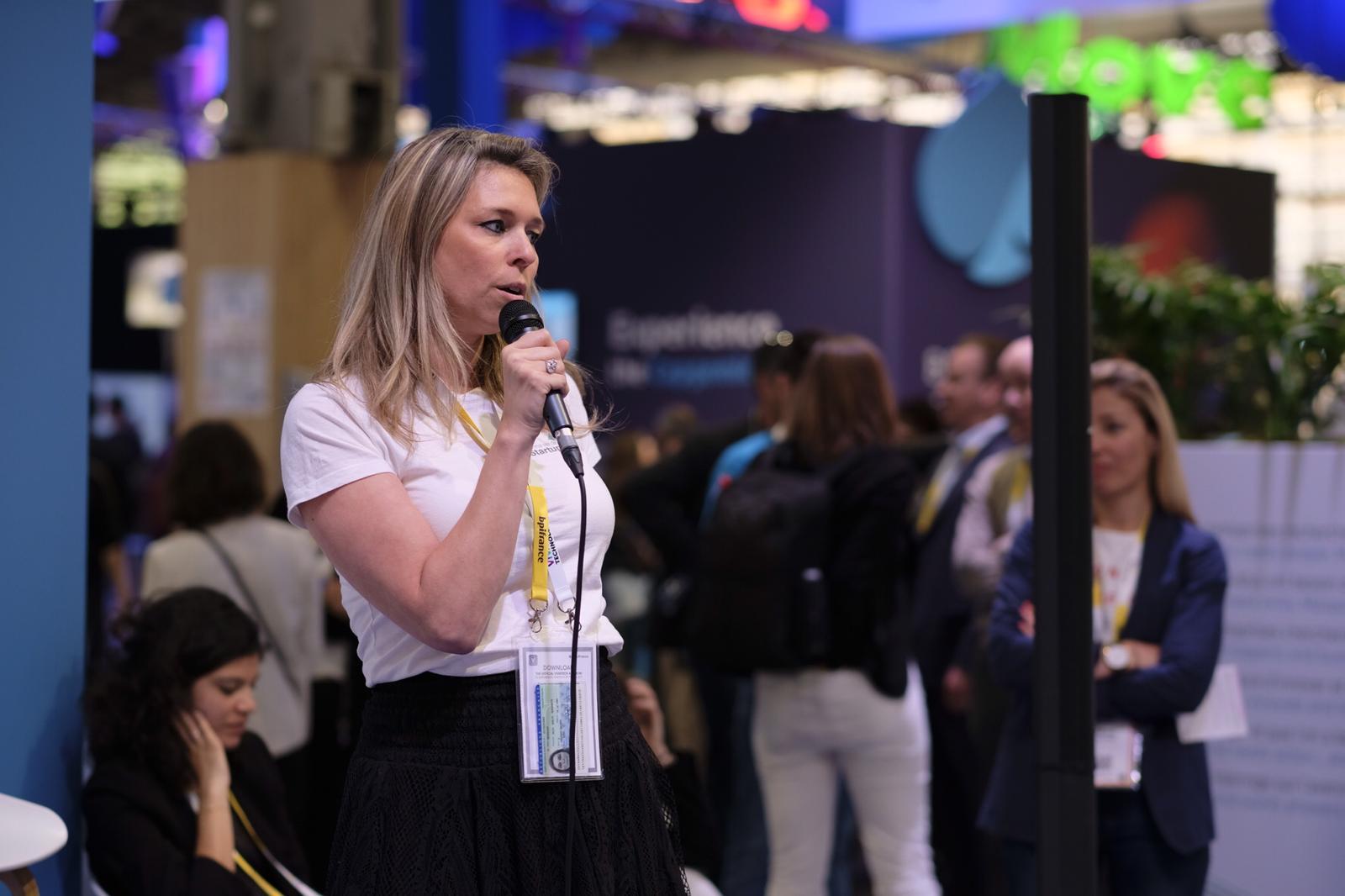 Julie Machillot CEO Immersive Experience au micro pour répondre au challenge Manpower